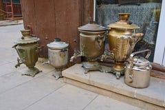 Das Straßenmarkt von alten Einzelteilen und von Künsten in einem historischen Teil von Baku, Aserbaidschan stockfoto