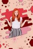 Das strahlende rothaarige Mädchen appellieren, das extrem positiv und emotional sich fühlt stockfoto