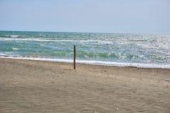 DAS-Strand und blaues Meer mit hölzernem Beitrag lizenzfreies stockbild