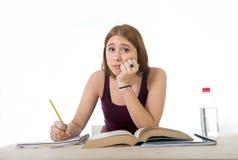 Das Studentmädchen, das für Hochschulprüfung studiert, sorgte sich im ermüdeten Druckgefühl und im Berstdruck Stockfoto