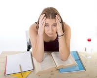 Das Studentmädchen, das für Hochschulprüfung studiert, sorgte sich im ermüdeten Druckgefühl und im Berstdruck lizenzfreie stockbilder