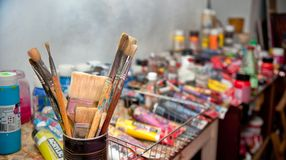 Das Studio des Künstlers Bündel der Malerpinselnahaufnahme, selektiver Fokus Lizenzfreies Stockbild