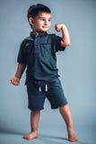 Das Studioporträt eines kleinen Jungen, der aufwirft, darstellend mischt mit Lizenzfreies Stockfoto