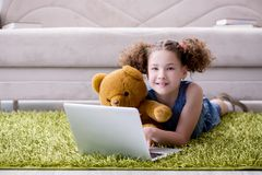 Das surfende Internet des kleinen Mädchens auf Laptop stockfoto