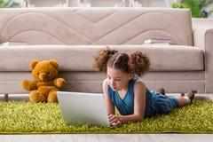 Das surfende Internet des kleinen Mädchens auf Laptop stockbilder