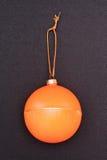 Das Symbol von Weihnachten und von neuen Jahr, orange Weihnachtsball Lizenzfreies Stockbild