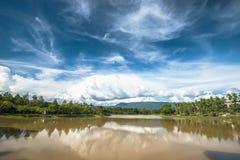 Das szenische der Landschaft mit blauem Himmel und See als Vordergrund stockfotos