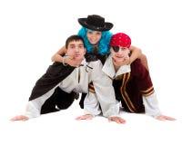 Das Tänzerteam, das Halloween-Karneval trägt, kostümiert Tanzen gegen lokalisiertes Weiß im vollen Körper Lizenzfreie Stockfotografie