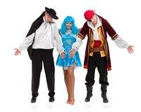 Das Tänzerteam, das Halloween-Karneval trägt, kostümiert Tanzen gegen lokalisiertes Weiß im vollen Körper Lizenzfreie Stockfotos