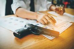 Das Tätigen des Geschäfts auf einem harten Schreibtisch auf einem Schreibtisch hat Geld und trinkt Konzept der Absicht das Geschä stockfotografie