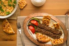 Das Türkische-Adana-Kebab mit Bulgur Reis und ayran Stockbilder