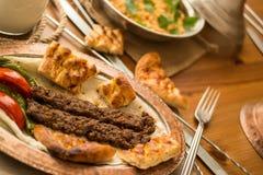 Das Türkische-Adana-Kebab mit Bulgur Reis und ayran Lizenzfreie Stockfotos