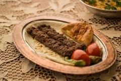 Das Türkische-Adana-Kebab mit Bulgurreis Stockfotografie