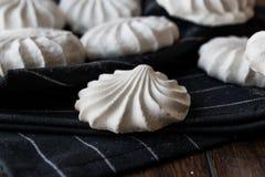 Das Türkische Beze oder Meringe auf schwarzem Taschentuch Stockfotos