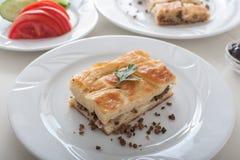 Das Türkische Borek - SU-boregi auf Frühstückstische stockbild