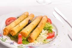 Das Türkische Fried Sigara Borek Served mit Gemüse Stockbilder