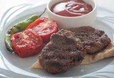 Das Türkische gegrillte Fleischbälle - kasap kofte lizenzfreie stockfotografie