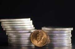 Das Türkische Kurush Ataturk Gold Coin in den vorderen Silbermünzen Stockfoto
