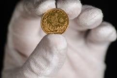 Das Türkische-Kurush Gold Coin Being Held-Weiß-Handschuh Lizenzfreie Stockfotos