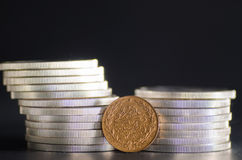 Das Türkische Kurush Gold Coin in den vorderen Silbermünzen Stockfotografie