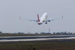Das Türkische 737 nach dem Sonnenuntergang, entfernend Lizenzfreie Stockbilder