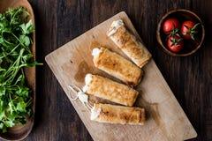 Das Türkische Pacanga Boregi mit pastirma und Cheddarkäse schmolz Käse/borek Stockfoto