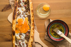 Das Türkische Pide mit Ei und Hackfleisch stockfotografie