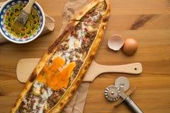 Das Türkische Pide mit Ei und Hackfleisch stockbild
