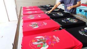 Das T-Shirt nach dem Druck des Farblogos trocknen Stockfoto