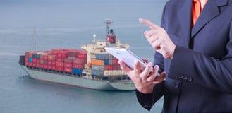 Das Tablet, zum von Export- und Importwaren zu behandeln bereiten die Lieferung vor Stockfotografie
