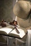 Das Tagebuch des Verfassers mit Strohhut Lizenzfreies Stockfoto