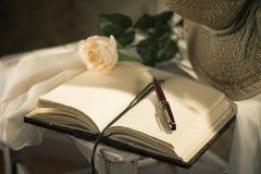Das Tagebuch des Verfassers mit Strohhut Lizenzfreie Stockfotografie