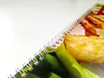 Das Tagebuch oder Notizbuch, die auf jede bunte Oberflächenabdeckung eines Tagebuchklemmbrettclips gesetzt wurden, befestigten zu lizenzfreie stockfotografie
