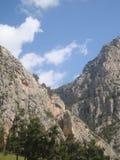 Das Tal zwischen den Bergen Stockfotografie