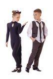 Das tanzende kleine Mädchen, das als Katze gekleidet werden und ein Junge in einem Plaid bekleiden Stockfoto