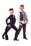 Das tanzende kleine Mädchen, das als Katze gekleidet werden und ein Junge in einem Plaid bekleiden Lizenzfreies Stockbild