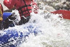 Das Team flößen, welches die Wellen, Extrem flößend spritzt stockbilder