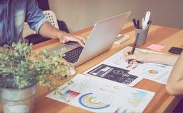 Das Team, das Geistesblitzarbeit hilft Zu das Ziel erzielen, Konzeptteamwork, die die Technologie hat, zum es schneller zu machen stockfotografie