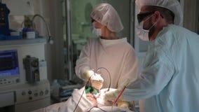 Das Team von Chirurgen entfernt den Krebstumor Fotodynamische Therapie eine Heilung für Krebs stock footage