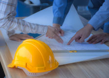 Das Technikteam trifft strenge Bauarbeit stockfotos