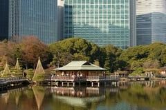 Das Teehaus bei Hamarikyu, Tokyo, Japan stockfotos
