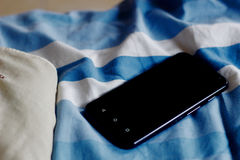 Das Telefon auf dem Bett Lizenzfreie Stockfotos