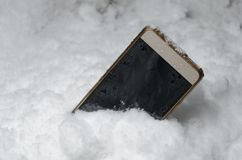 Das Telefon fiel in eine Schneewehe lizenzfreies stockfoto