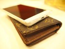 Das Telefon wird auf eine Tasche gesetzt Stockfotos
