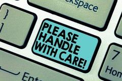 Das Textzeichen, das bitte darstellt, behandeln sorgfältig Das Begriffsfoto, das zerbrechlich ist, gibt während Transportverschif lizenzfreies stockfoto
