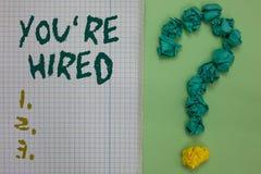 Das Textzeichen, das Sie bezüglich zeigt, werden angestellt Begriffsfoto neuer Job Employed Newbie Enlisted Accepted zog Notizbuc lizenzfreie stockfotos