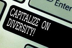 Das Textzeichendarstellen nützen Verschiedenartigkeit aus Begriffsfoto, das Arbeitskräfte mit unterschiedlicher Ethnie Tastatur z lizenzfreie stockbilder