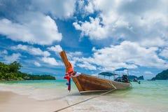 Das thailändische Boot auf dem Ufer der Insel Stockbilder