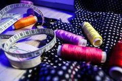 Das Thema der Näharbeit, nähend, Dressmaking, Nähmaschine stockbild