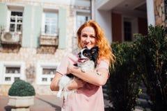 Das Thema ist die Freundschaft des Mannes und des Tieres Kaukasische Frau des schönen jungen roten Haares, die eine Schoßhund Chi lizenzfreie stockfotografie